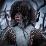 Mujer siberiana, fotografiando a la gente local