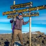 Peter en la cima del Monte Kilimanjaro en Tanzania