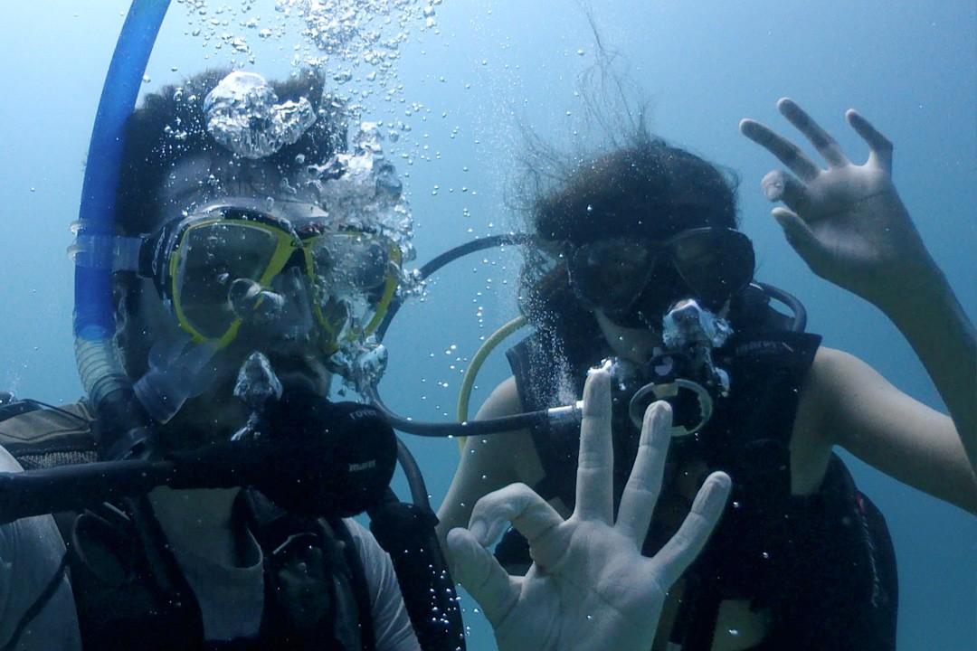 Nos ponemos cómodos en el agua mientras buceamos en Djibouti.