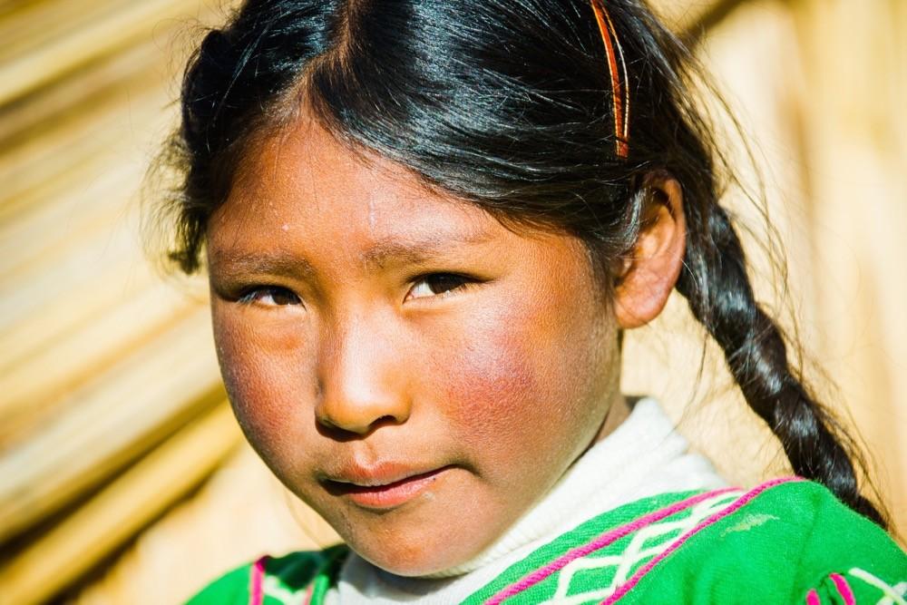 Una chica peruana, fotografiando a la gente local
