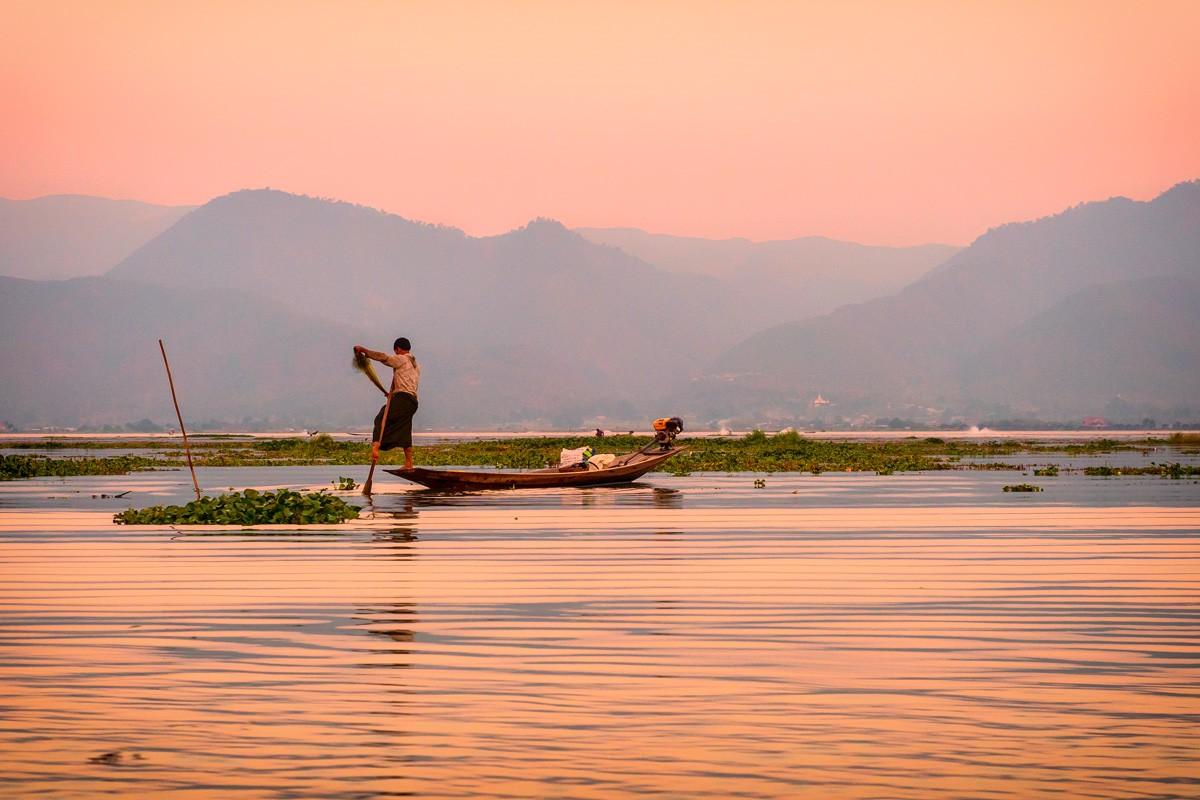Uno de los famosos pescadores de Inle Lake con piernas en fila