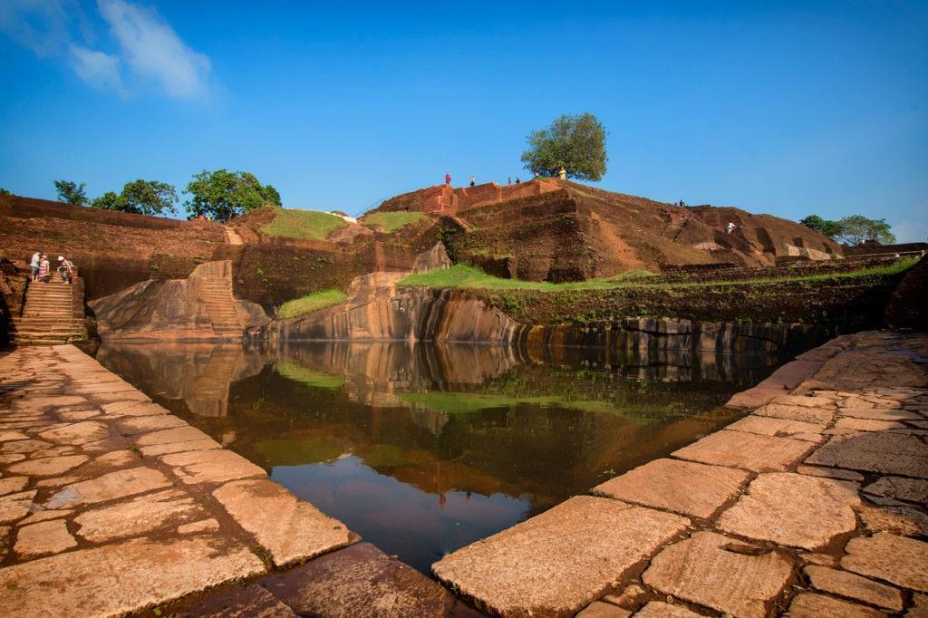 Piscina tranquila en la Fortaleza de la Roca Sigiriya