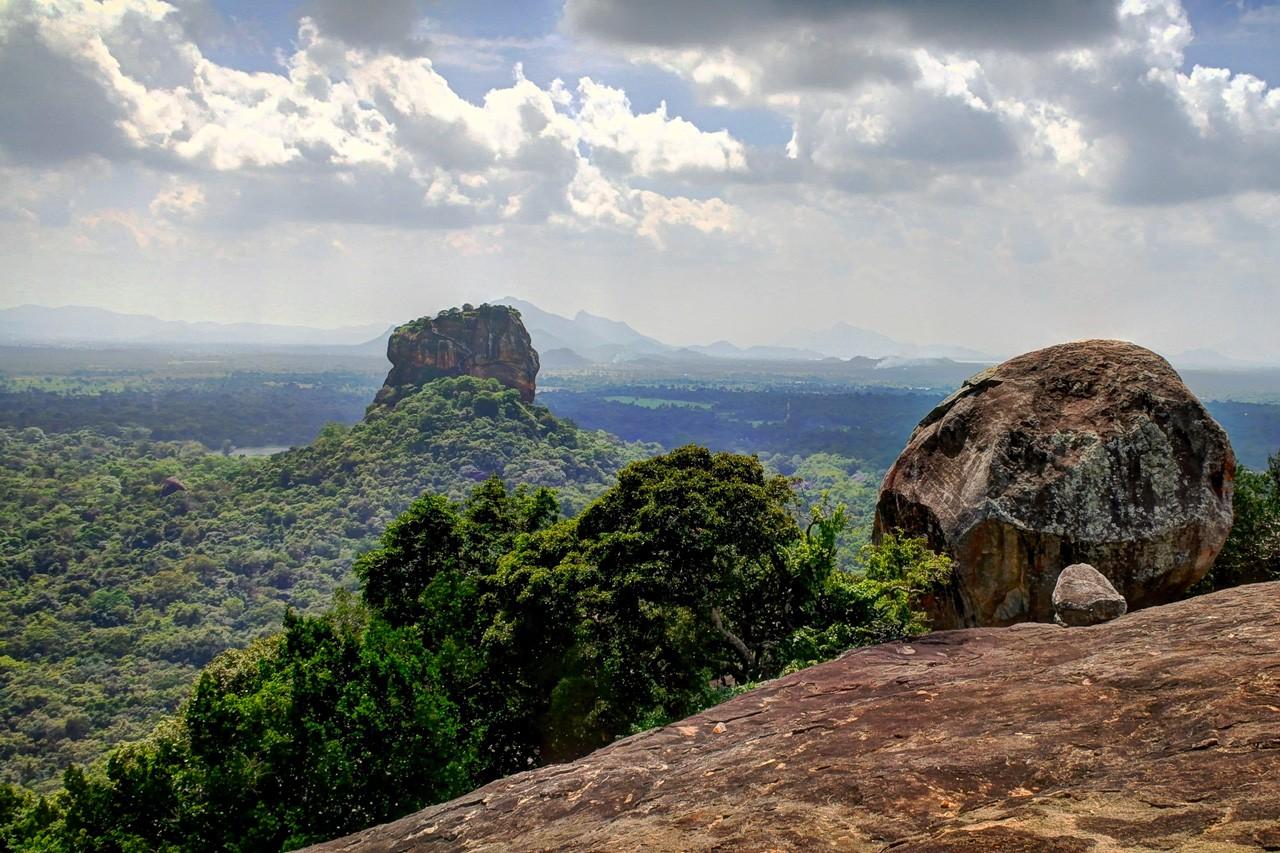 La vista de la Fortaleza de la Roca Sigiriya desde Pidurangala