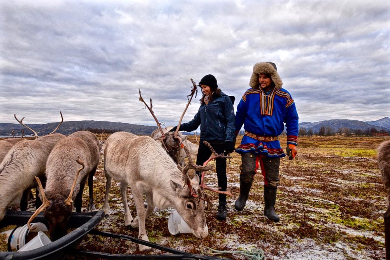 Kia y Johan-Issak alimentando a los renos del Ártico en Tromso
