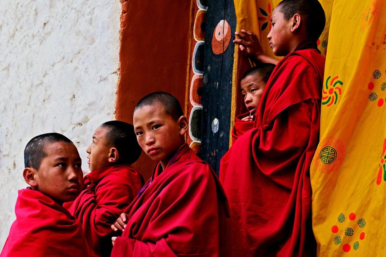 Bhután no tiene límites de turismo, pero controla el turismo.