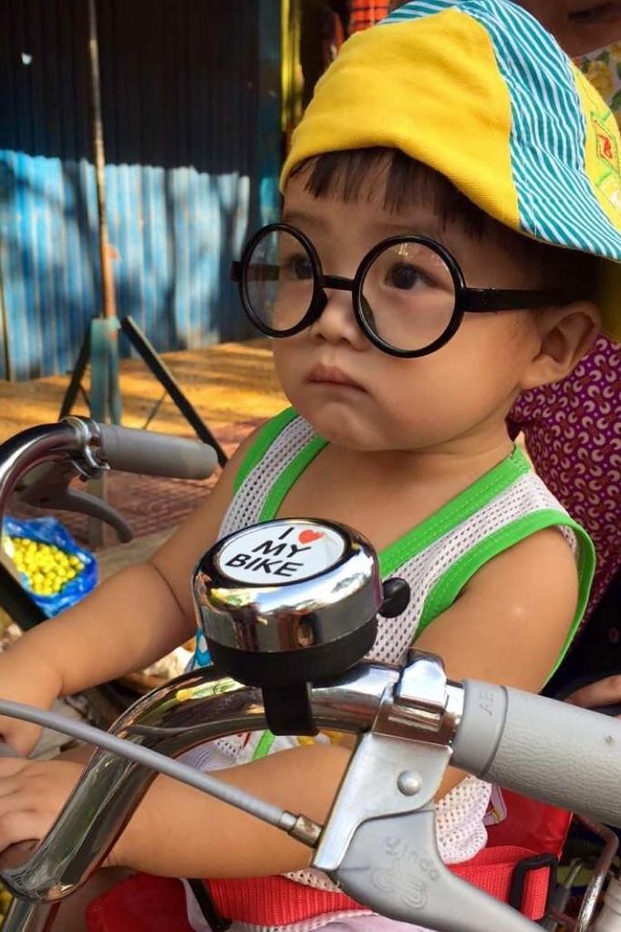 Chico hipster, crucero por el río Mekong