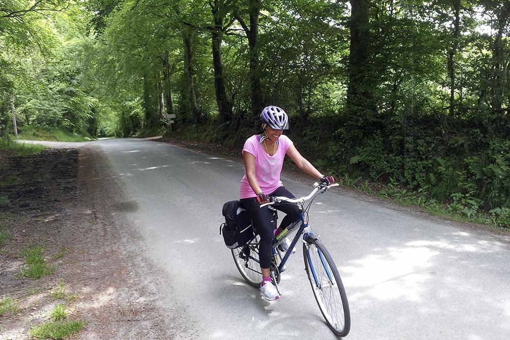 La autora Jini Reddy va en bicicleta