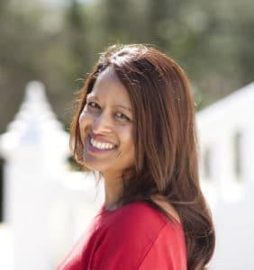 La autora Jini Reddy sonriendo